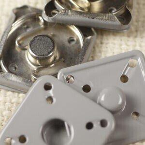 Кнопка квадратная металл пришивная 2,5 см х 2,5 см никель серого цвета